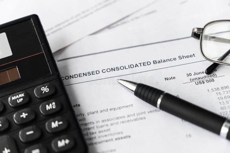 Het tonen en analyse van financieel verslag Bedrijfs concept stock afbeelding