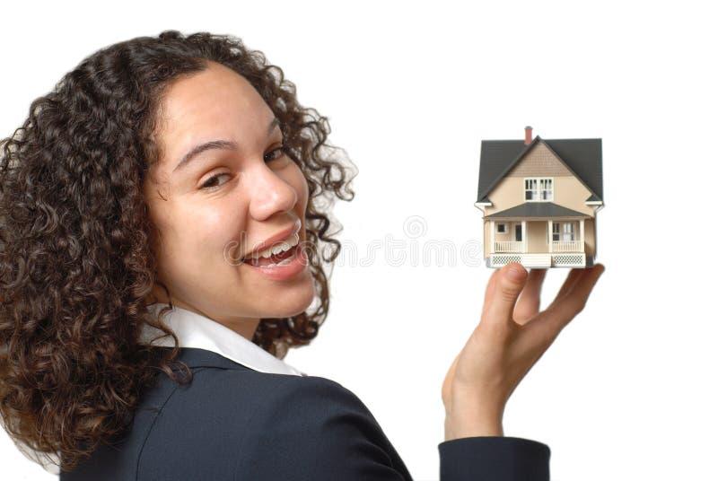 Het tonen van een huis voor verkoop stock afbeeldingen