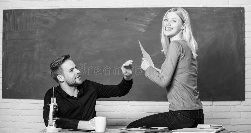 Het tonen van een toewijding aan onderwijs Man en vrouw terug naar school Middelbare schoolonderwijs Mooie leraar en knap royalty-vrije stock foto's