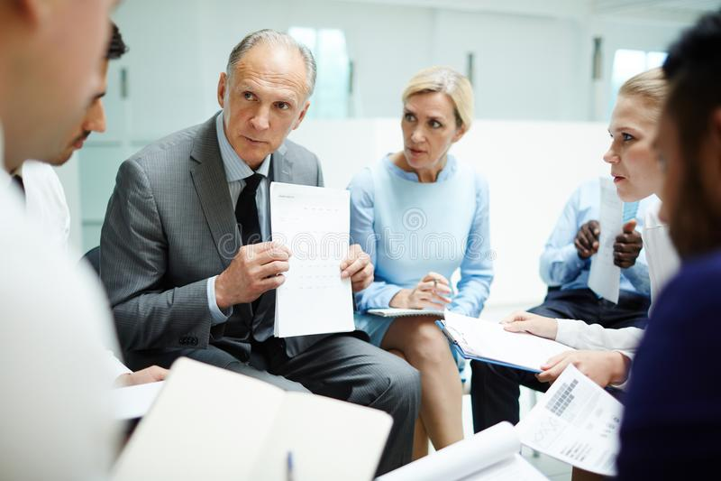 Het tonen van financieel document stock foto