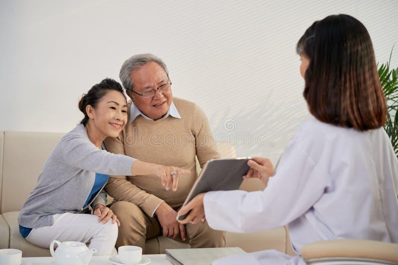 Het tonen van medische testsresultaten stock foto