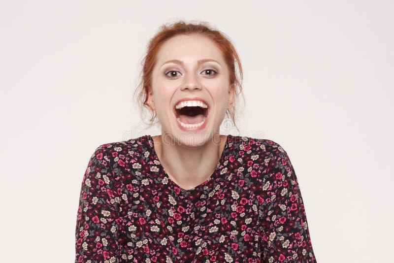 Het tonen van tanden De mooie open mond van de roodharigevrouw en het tonen wh stock foto