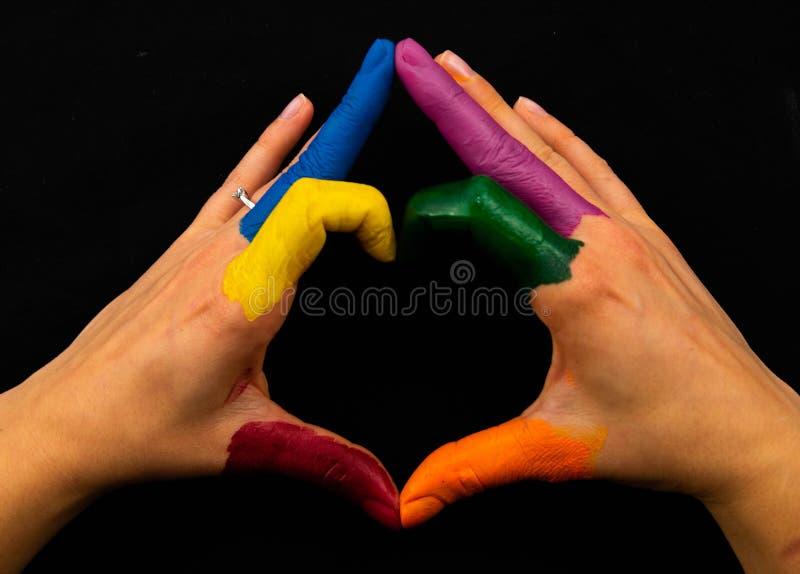 Het tonen van Vrolijke Kleuren De vorm van het handenhart royalty-vrije stock foto