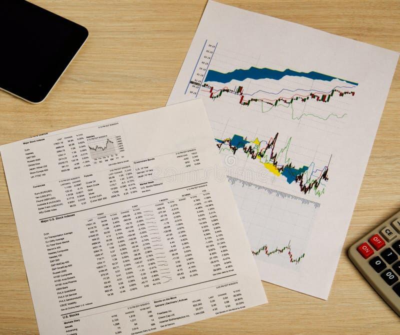 Het tonen van zaken en financieel verslag De grafieken van de voorraad stock foto