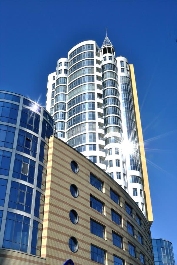 Het torenhoge witte gebouw is tegen donkerblauwe hemel royalty-vrije stock fotografie