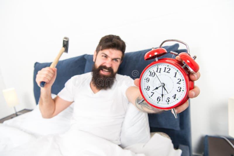 Het is totaal normaal om uw alarmgeluid te haten Verachtelijk programma Beste wekkers voor mensen die ochtenden haten Mens stock foto