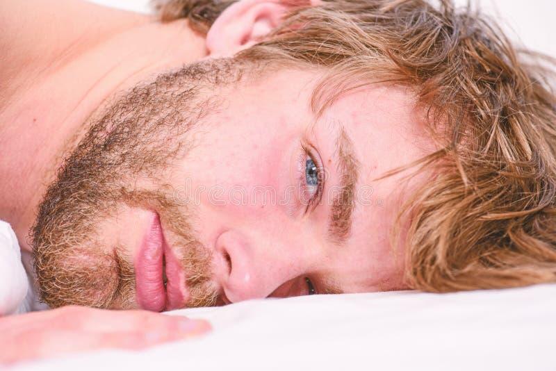 Het totaal ontspant concept Slaap van het mensen ontspant de ongeschoren gebaarde gezicht of ontwaakt enkel Ontspant de kerel geb stock foto's