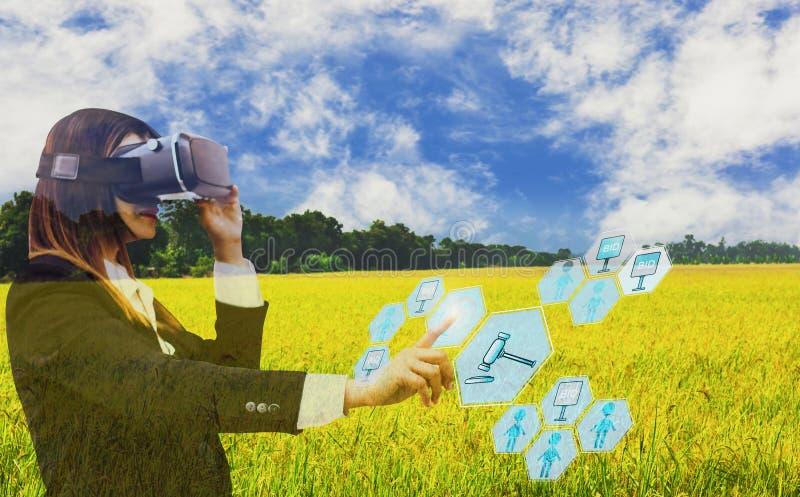 Het touche screen van de bedrijfsvrouwenhand in veiling, met de veilingmeester van het pictogram landbouwproduct, hemelachtergron royalty-vrije stock foto