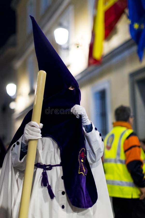 Het traditionele beroep van godsdienstige Katholieke orden tijdens de Heilige Week van de cursus van zondaars langs de straten va stock fotografie
