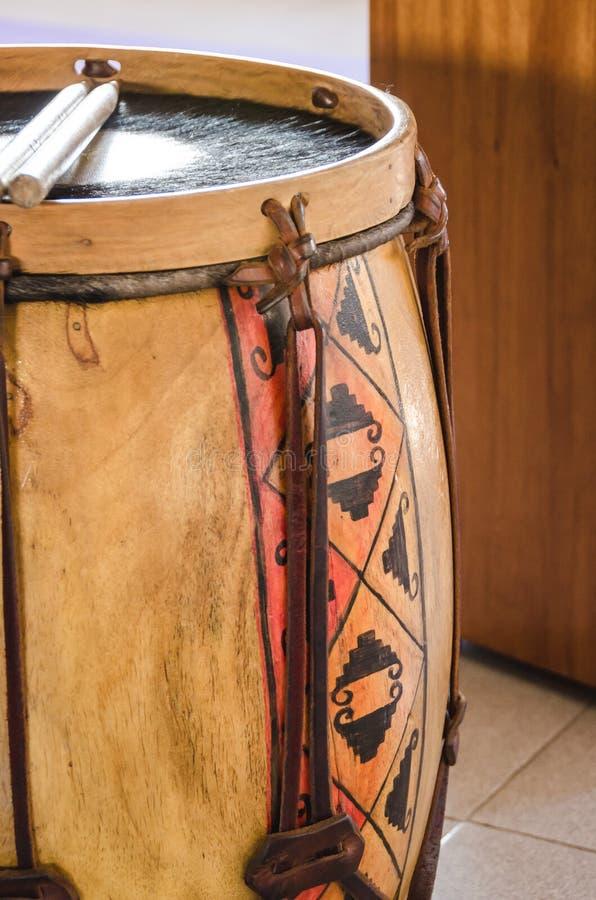 Het traditionele die slaginstrument Bombo Leguero van Argentinië en stokken, in Folkloremuziek worden gebruikt stock afbeeldingen