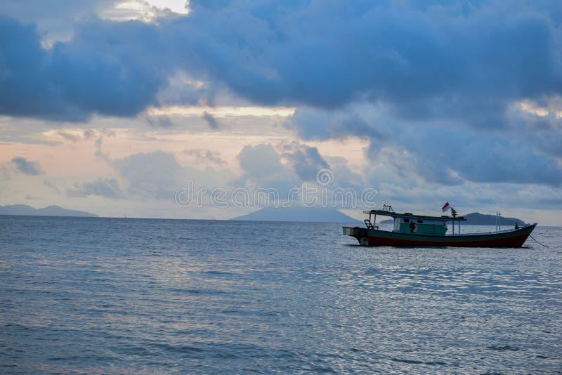 Het traditionele eiland van de visserij houten boot dichtbij pahawang royalty-vrije stock afbeelding