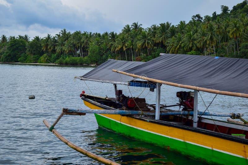 Het traditionele eiland van de visserij houten boot dichtbij pahawang Bandar Lampung stock afbeeldingen