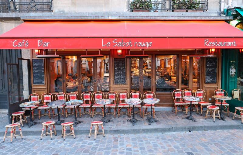 Het traditionele Franse restaurant Le Sabot Rouge bepaalde van in Montmartre in district 18 van Parijs, Frankrijk de plaats stock afbeeldingen