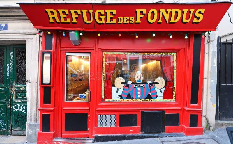Het traditionele Franse restaurant Refuge des Fondus bepaalde van in Montmartre in district 18 van Parijs, Frankrijk de plaats royalty-vrije stock foto's
