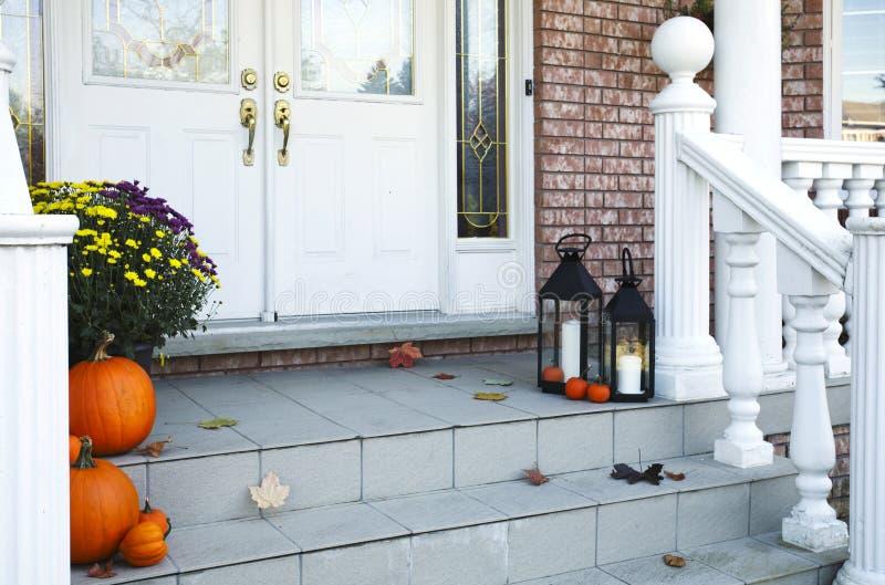 Het traditionele gestileerde die huis in de herfst wordt verfraaid decore royalty-vrije stock afbeeldingen