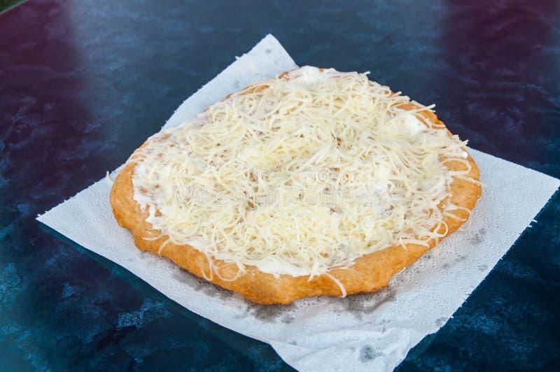 Het traditionele Hongaarse gebakje van Transylvanian, gefrituurde deeglangos royalty-vrije stock fotografie