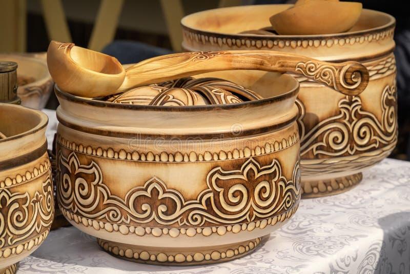 Het traditionele Kazakh houten vaatwerk met nationaal ornament wordt verkocht op de markt royalty-vrije stock fotografie
