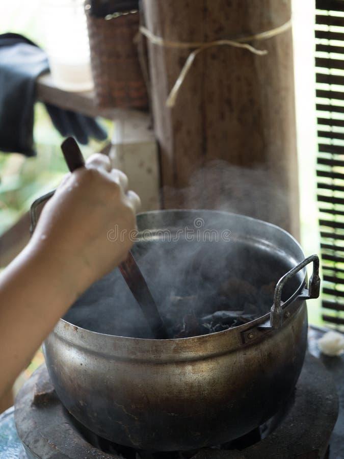 Het traditionele lao weven en het verven, Luang Phabang stock afbeeldingen