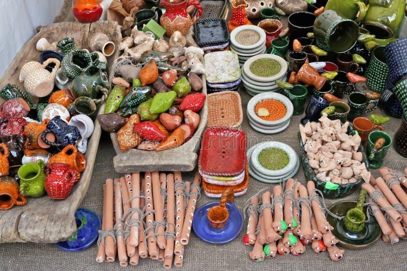 Het traditionele Litouwse eigengemaakte speelgoed en de giften van kleieasters royalty-vrije stock afbeelding