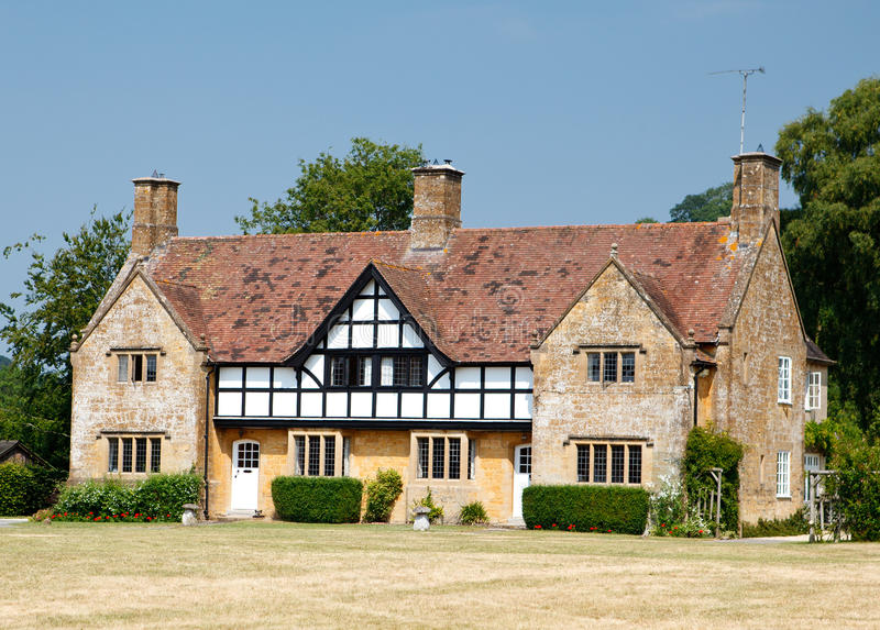 Het traditionele middeleeuwse Engelse herenhuis bouwde tudorstijl in royalty-vrije stock fotografie