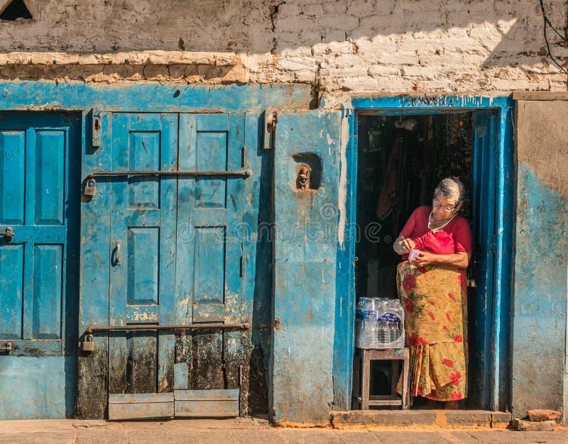 Het traditionele Nepali-Dorpsleven Vrouwen verkopend water royalty-vrije stock foto