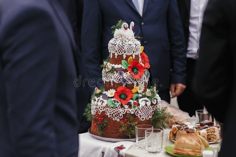 Het traditionele Oekraïense die brood van de huwelijkscake, met bloemen wordt verfraaid stock afbeeldingen