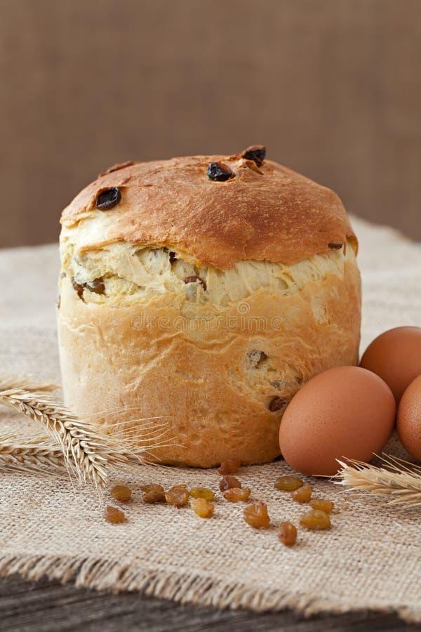 Het traditionele Pasen-zoete brood van de vakantiecake riep ook kulich met rozijnen en eieren op uitstekende textiel stock foto
