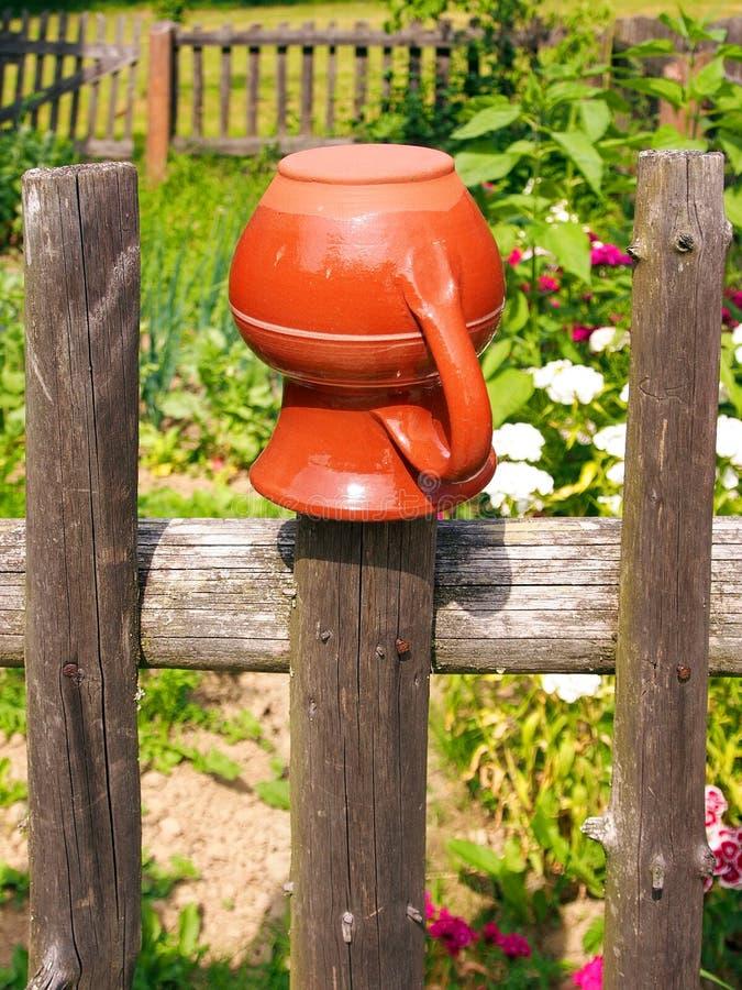 Het traditionele pot hangen op een houten omheining royalty-vrije stock fotografie