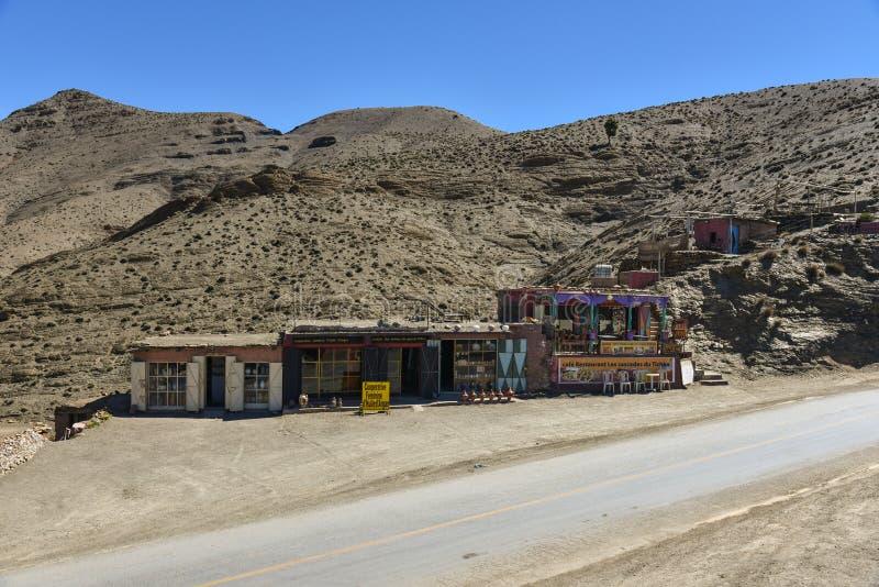 Het traditionele restaurant en de herinnering winkelen door de weg in hoge Atlasbergen, Marokko royalty-vrije stock afbeelding