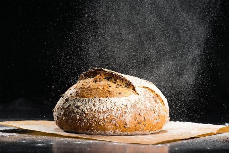 Het traditionele ronde artisanale brood van het roggebrood met okkernoot en zaden w stock foto's