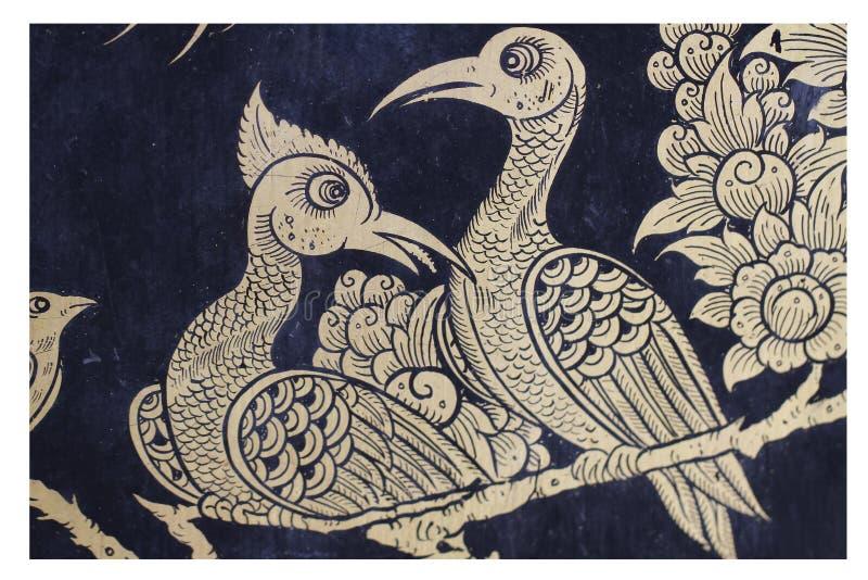 Het traditionele schilderen van de overladen Thaise van het paarvogels van het kunst gouden motief achtergrond van het het patroo royalty-vrije stock fotografie