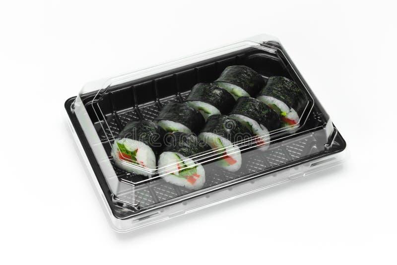 Het traditionele Sushibroodje met de stok van het krabvlees, nori en de groenten in een plastic container voor halen weg stock foto's