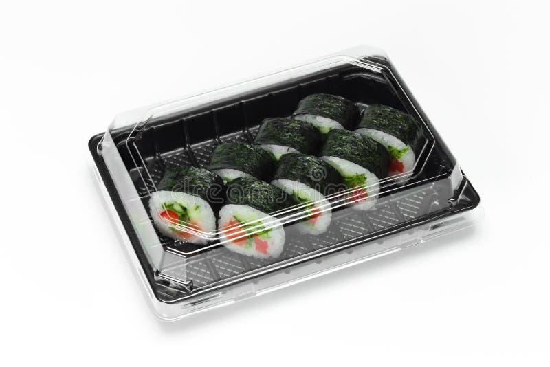 Het traditionele Sushibroodje met zalm, nori en de groenten in een plastic container voor halen weg royalty-vrije stock afbeeldingen