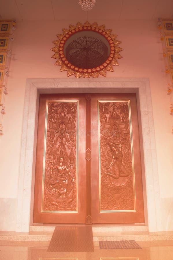 Het traditionele Thaise stijldeur snijden en het schilderen kunst bij de tempel royalty-vrije stock foto's