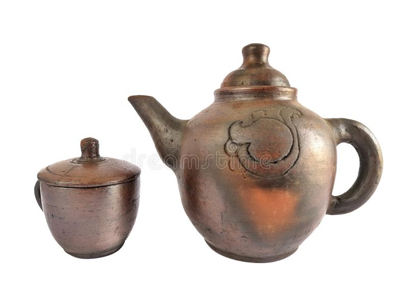 Het traditionele theestel maakte van klei, aardewerkketel en ceramische pottenkoppen die op witte achtergrond wordt geïsoleerd royalty-vrije stock foto