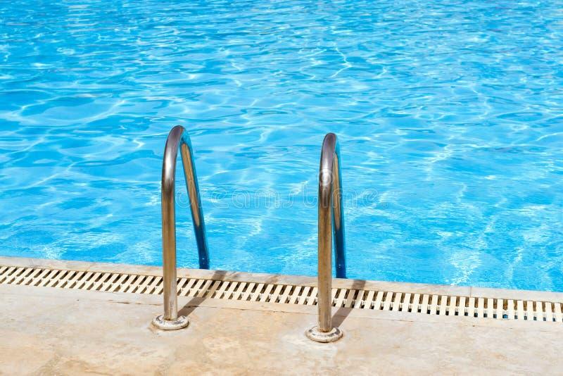 Het traliewerk van de metaalhand van trap aan openbaar zwembad royalty-vrije stock fotografie