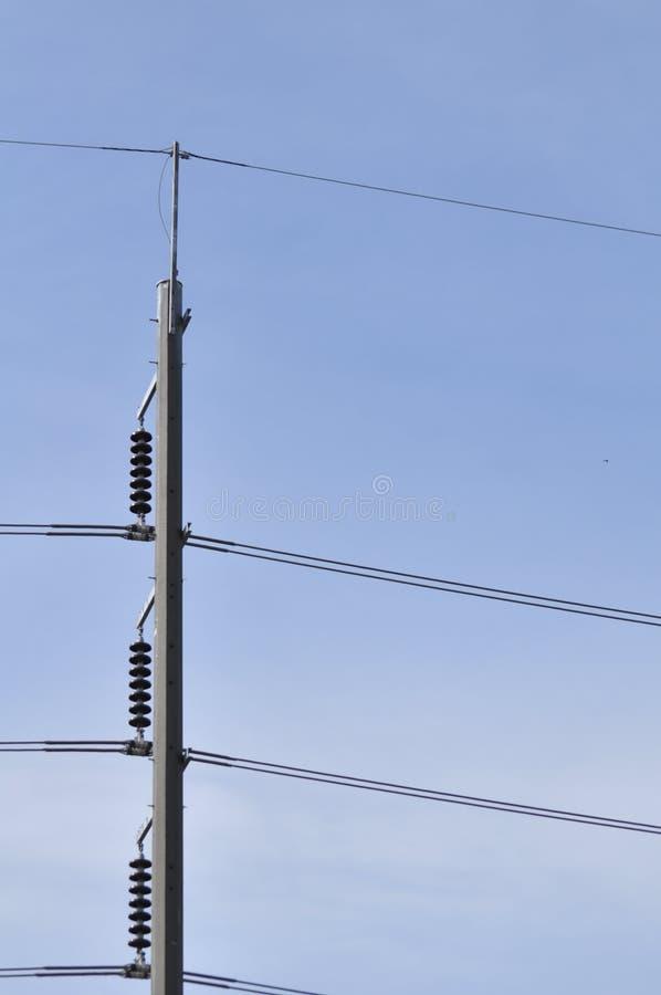 Het transmissiesysteem van de torenmacht Hoogspanningstransmissie stock fotografie