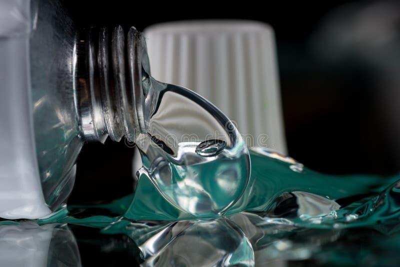 Het transparante gel voor extern gebruik met wat heparine of verdovingsmiddel drukte van een buis royalty-vrije stock foto's