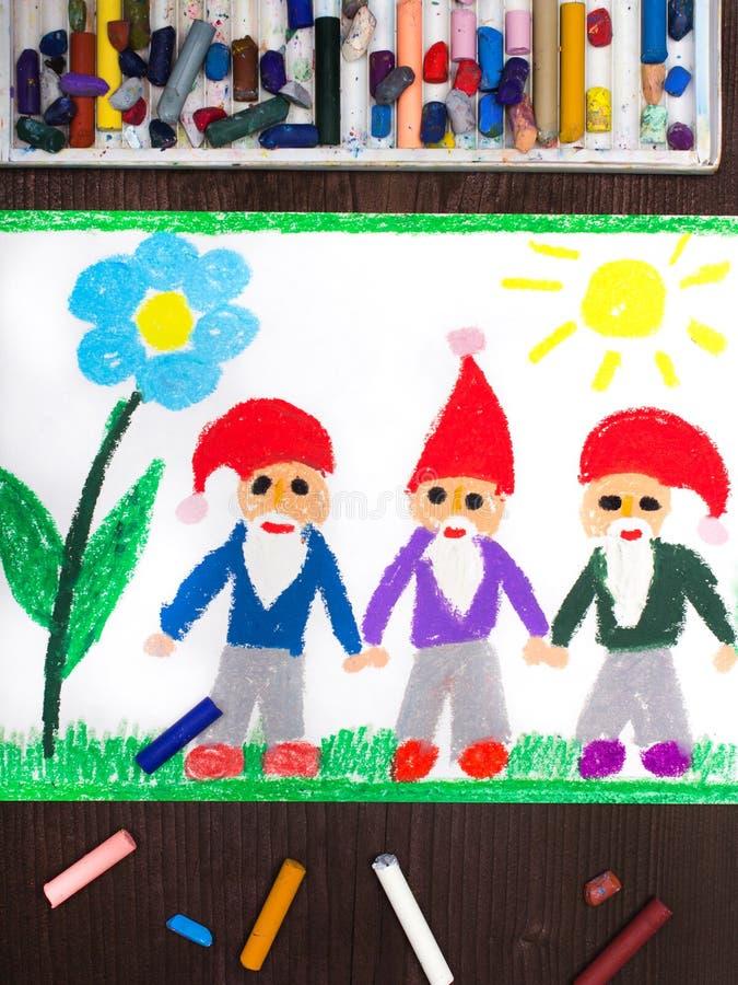 Het trekken: drie glimlachende dwergen in rode hoeden royalty-vrije stock foto
