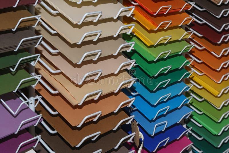Het trekken kleurde document voor pastelkleuren op de planken in de opslag voor de kunstenaar royalty-vrije stock foto
