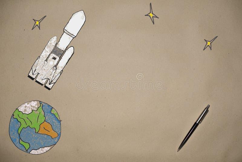 Het trekken lancerend een raketvalk in ruimte op de achtergrond van de aarde stock fotografie