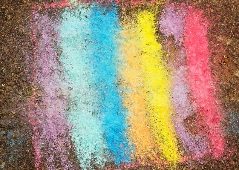 Het trekken van jonge geitjes van asfalt kleurrijke regenboog stock afbeelding