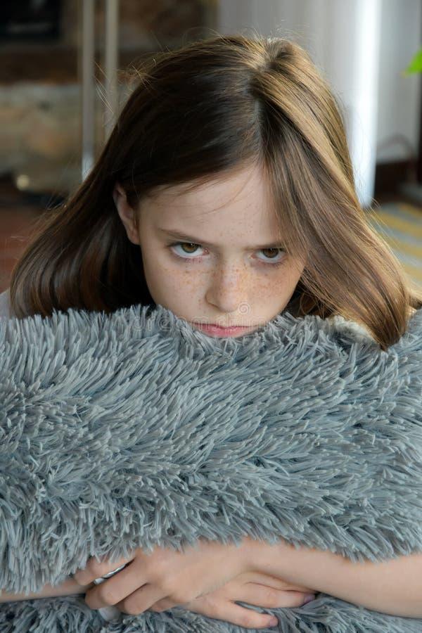 Het treurige kijken meisje stock afbeeldingen
