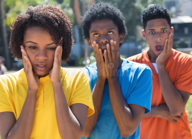 Het trio schokte Afrikaanse Amerikaanse jonge volwassenen stock foto