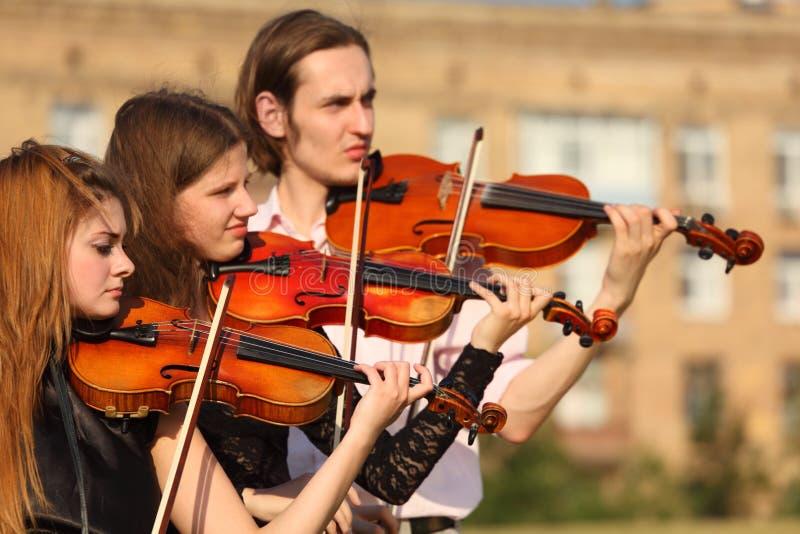 Het Trio Van Violisten Speelt Openlucht Royalty-vrije Stock Foto