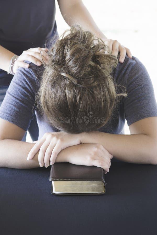 Het troosten van een Verontruste Vrouw tijdens een Bijbelstudie royalty-vrije stock foto's