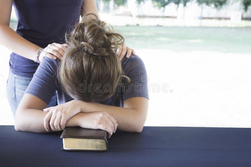 Het troosten van een Verontruste Vrouw tijdens een Bijbelstudie royalty-vrije stock afbeelding