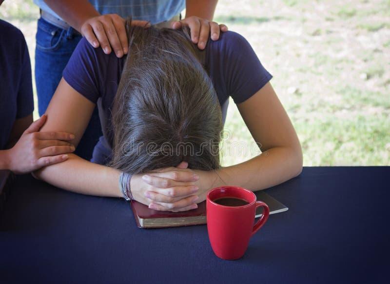 Het troosten van een Verontruste Vrouw tijdens een Bijbelstudie royalty-vrije stock foto