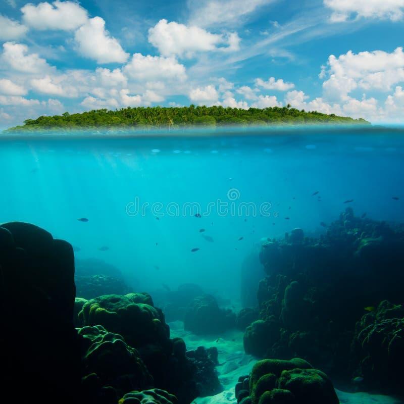 Het tropische onderwaterschot splitted met eiland royalty-vrije stock afbeelding