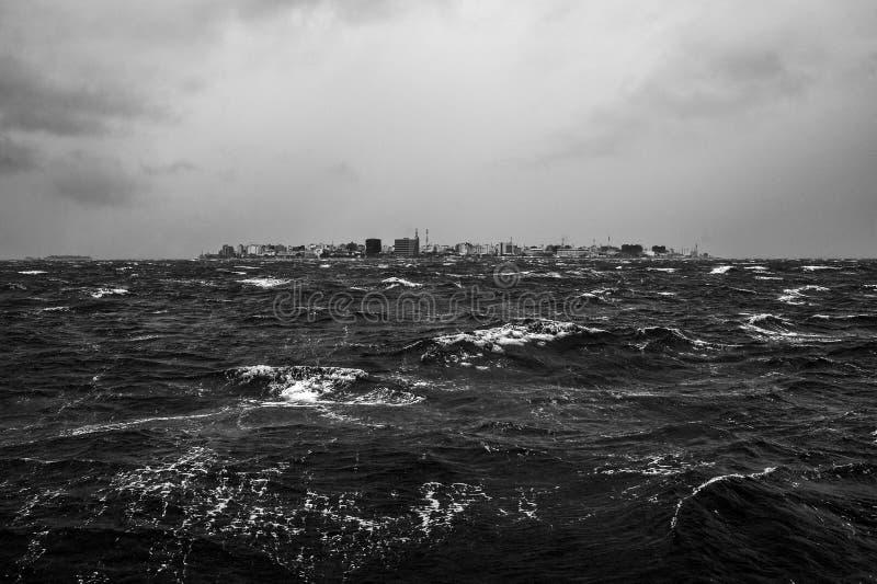 Het tropische onweer van de Moesson in de Maldiven islans royalty-vrije stock foto